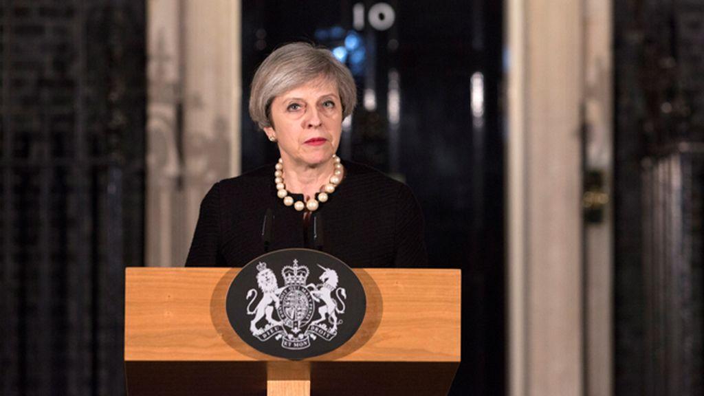 """Theresa May: """"El Parlamento volverá a reunirse mañana con normalidad. Nunca nos rendiremos"""""""