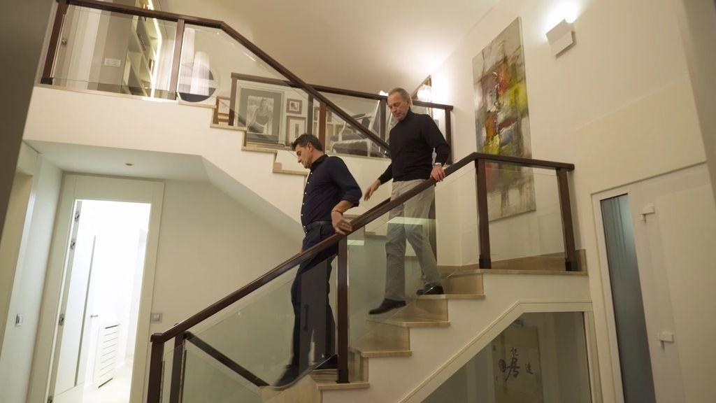 De paredes blancas tenía que ser la casa de uno de los futbolistas estrellas del Real Madrid. Míchel ha abierto las puertas de su casa a 'Mi casa es la tuya' para reunir a su 'Quinta del Buitre'