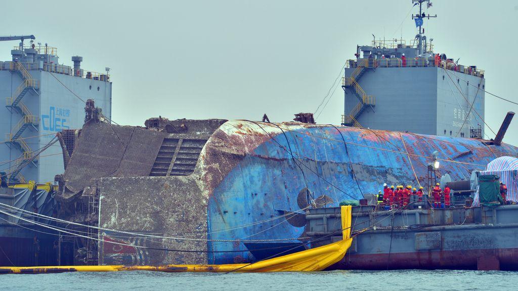 Reflotan el ferry Sewol en el que murieron 304 personas al naufragar en 2014