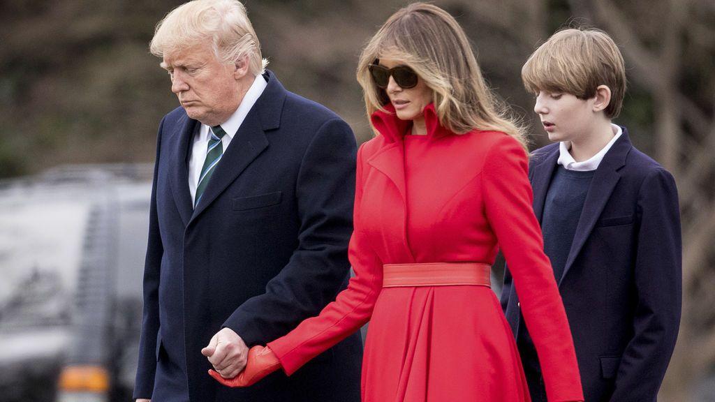 Melania y Donald agarrados de la mano