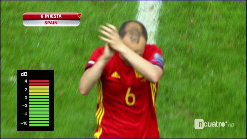 ¡El estadio en pie! La tremenda ovación de El Molinón a Iniesta