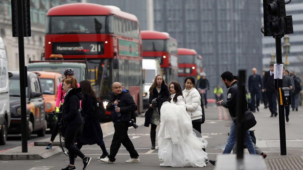 Una pareja vestida de boda en el escenario del terror