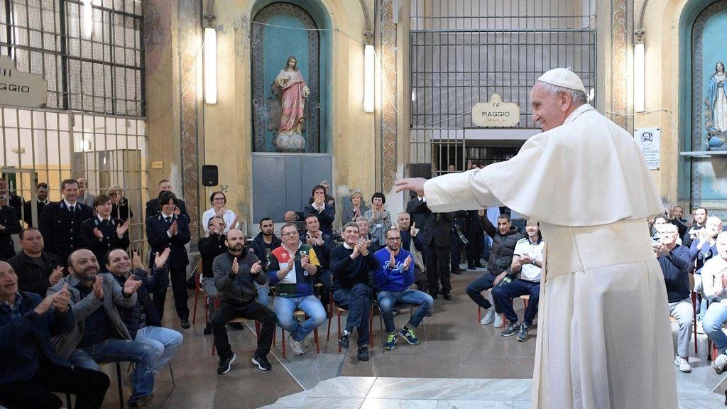 El Papa visitando una zona periférica de Milán (norte de Italia)