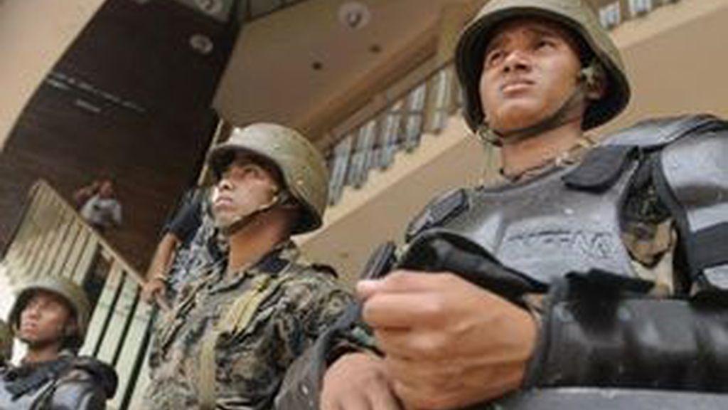 Militares hondureños custodian el Congreso Nacional en Tegucigalpa (Honduras). Foto: EFE.