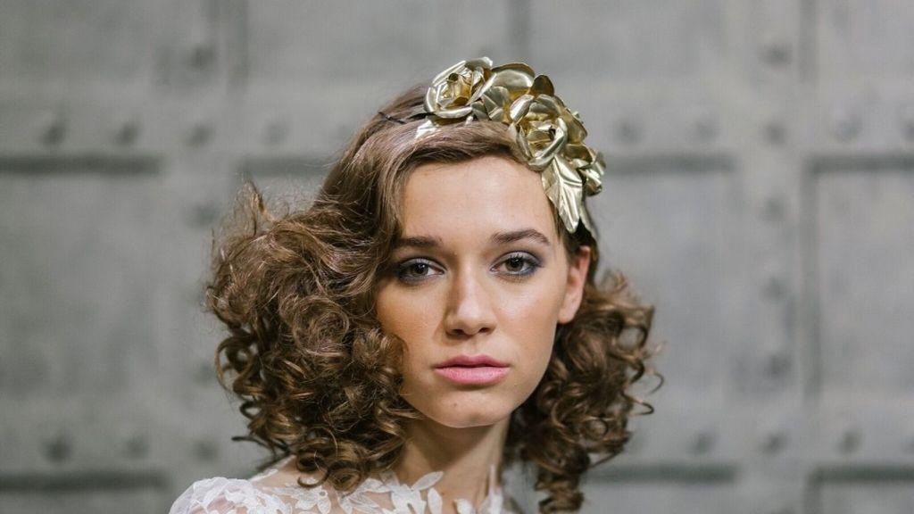 Corona de flores dorada de Anita Ribbon