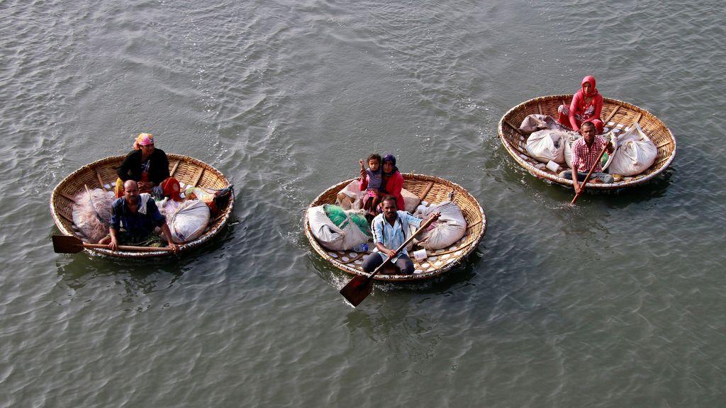 Pescadores en el lago Vembanad, en India
