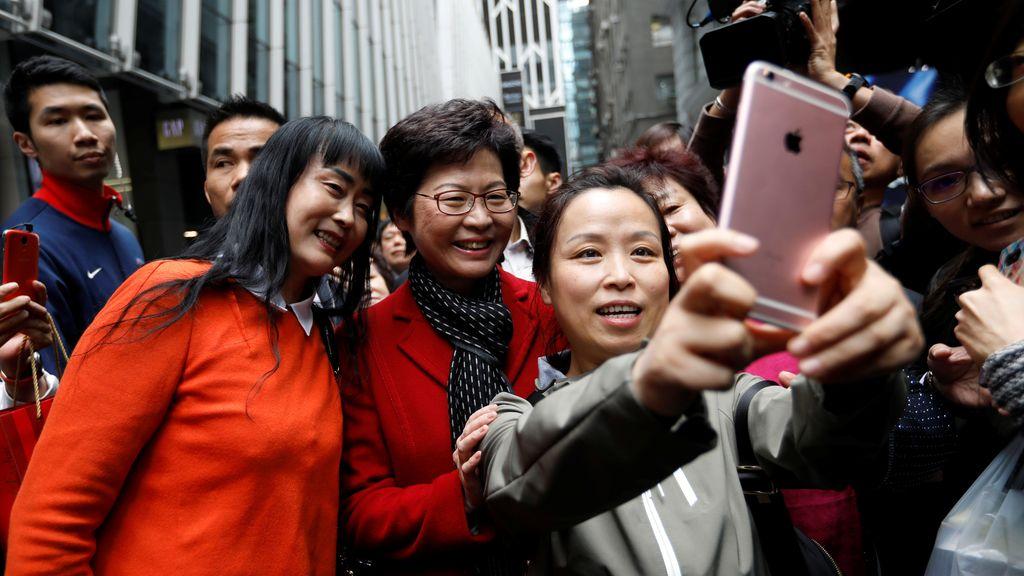 Gente tomándose fotos con Carrie Lam