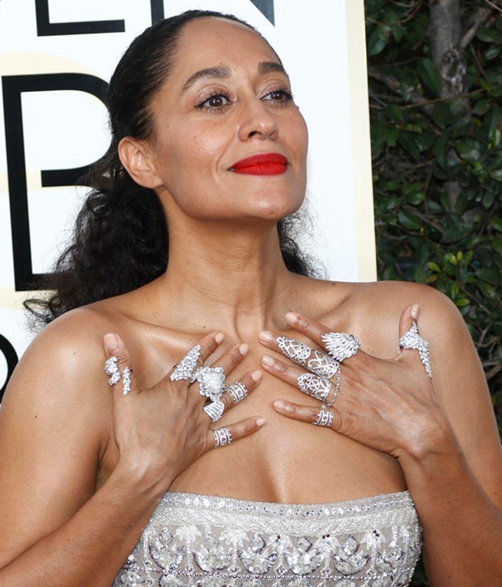 Con un vestido discreto,vuélvete loca con tus anillos: póntelos todos