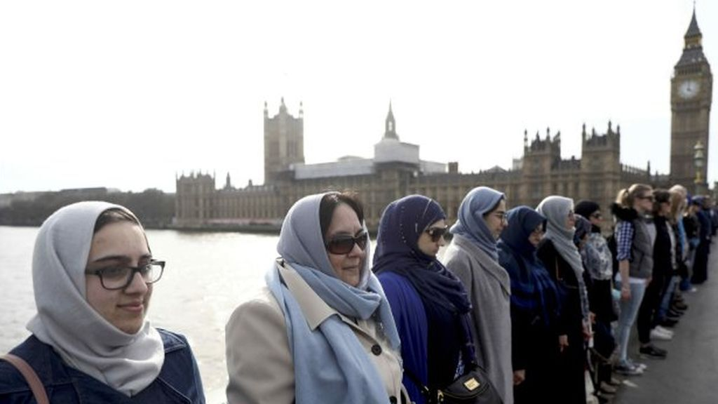 Un centenar de mujeres forman una cadena humana por las víctimas de Londres