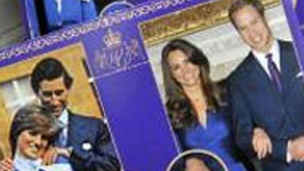 Un camarógrafo frente al balcón principal del palacio de Buckingham hoy. Esta residencia real británica será uno de los escenarios principales de la boda del príncipe Guillermo de Inglaterra y Kate Middleton el próximo día 29.