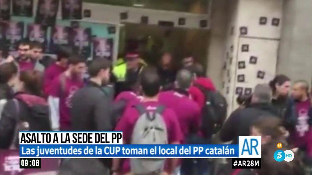 Las juventudes de la CUP toman el local del Partido Popular catalán