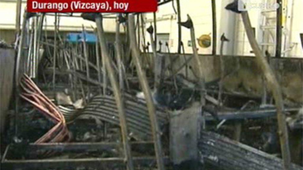 Una decena de encapuchados quema un autobús en Durango, Vizcaya