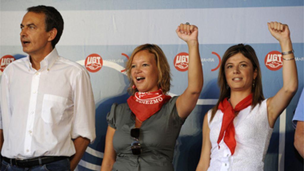 Leire Pajín y Bibiana Aído levantan el puño en una fiesta socialista celebrada en Rodiezmo, León