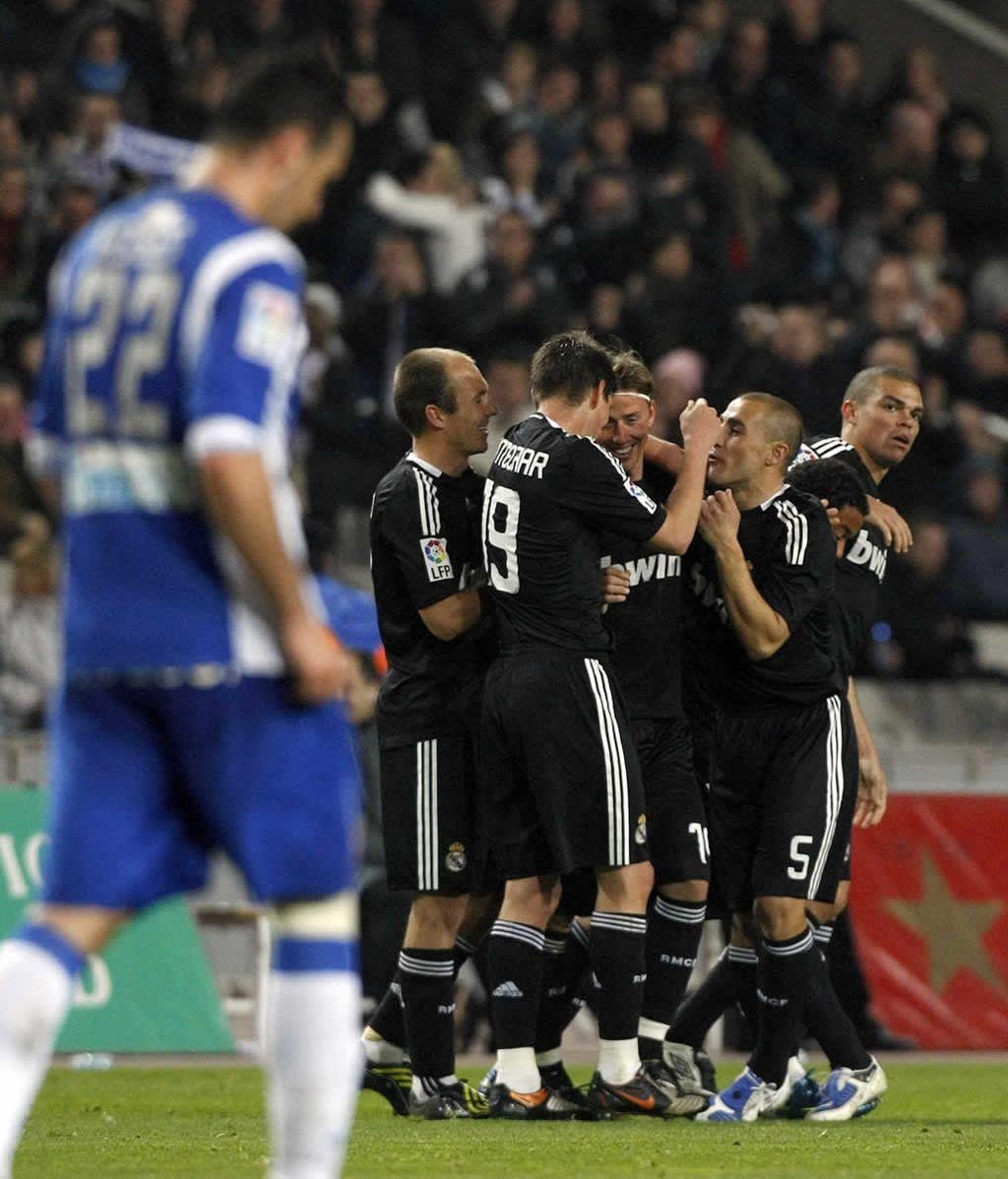 El Real Madrid gana al Espanyol 0-2 con goles de Guti y Raul
