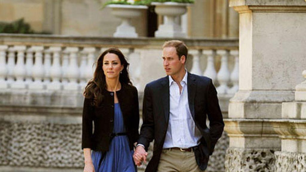 Los duques de Cambridge pasean cogidos de la mano el día después de su boda. Foto: Gtres.