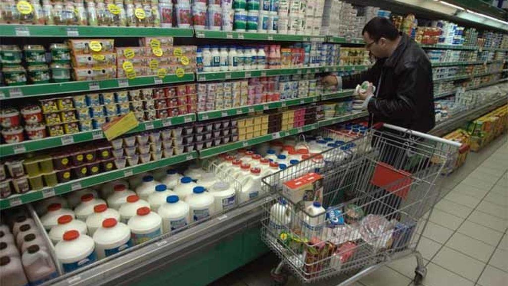 Un hombre realiza su compra en un supermercado de Palestina