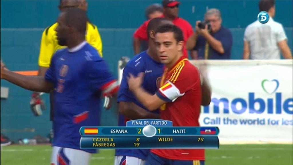 Xavi se saluda con un jugador de Haití tras el partido