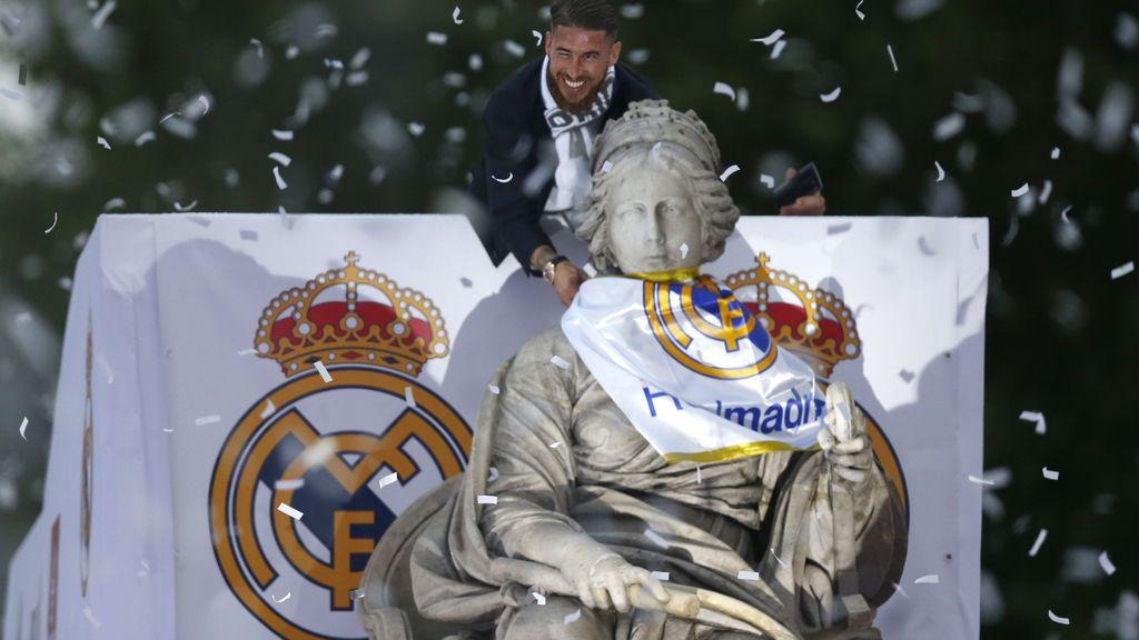 Sergio Ramos brinda la Copa de Europa a la diosa Cibeles