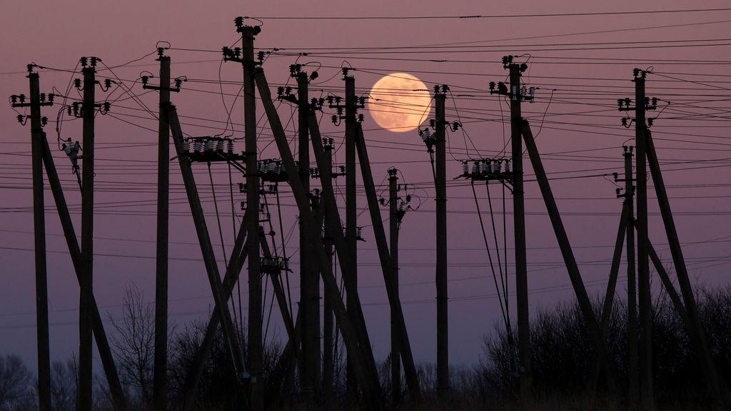 Luna llena sobre los tendidos eléctricos en Lituania