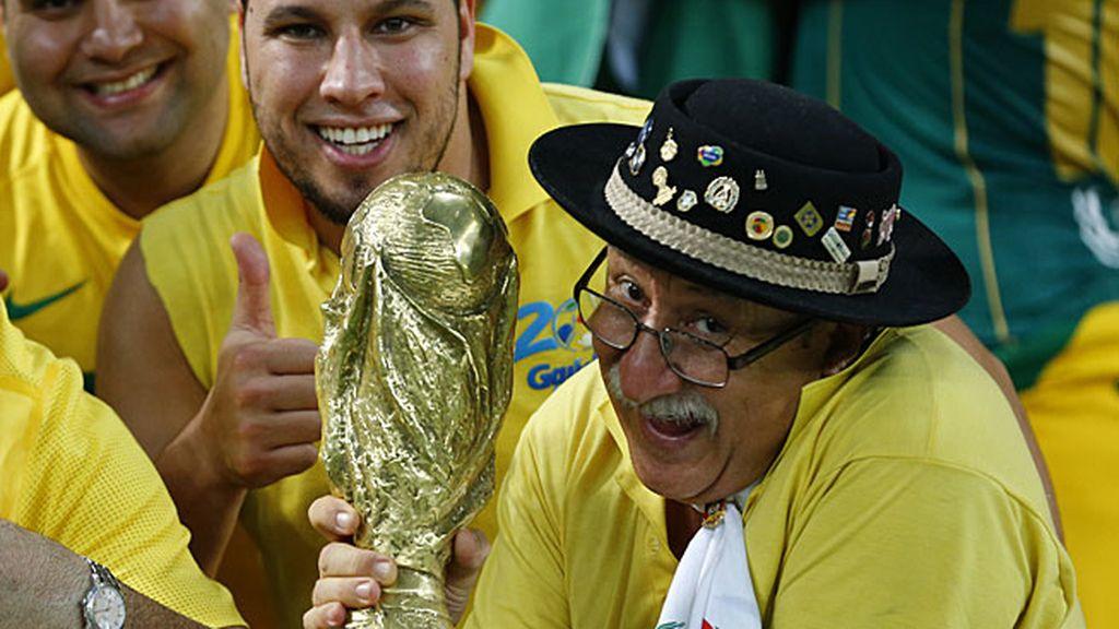 Un aficionado brasileño con la réplica de la Copa Confederaciones