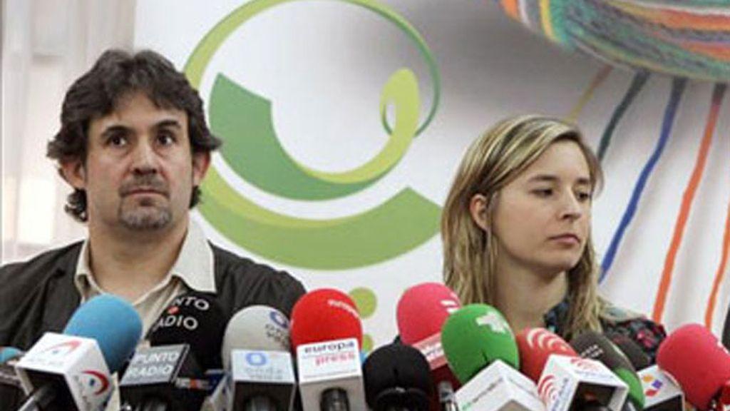 Los miembros de la coalición Bildu, Pello Urizar, secretario general de EA, la independiente y candidata número dos por Bilbao Aitizber Ibaibarriaga, y Oscar Matute, de Alternatiba.