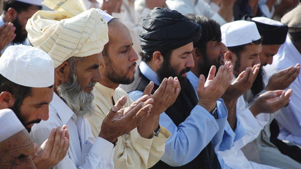 Un grupo de musulmanes reza en Pakistán