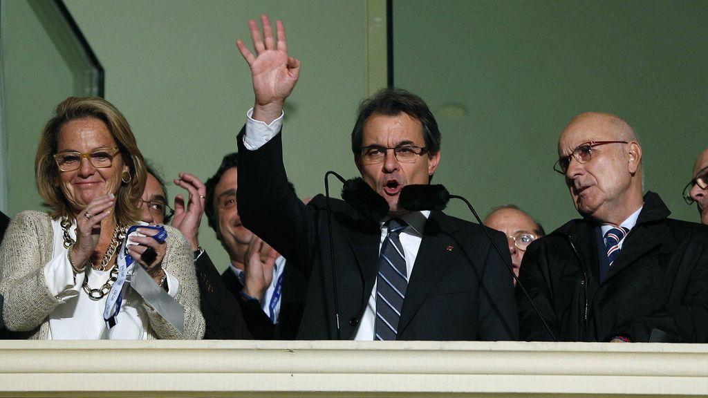 Artur Mas saluda a sus seguidores desde el hotel Majestic