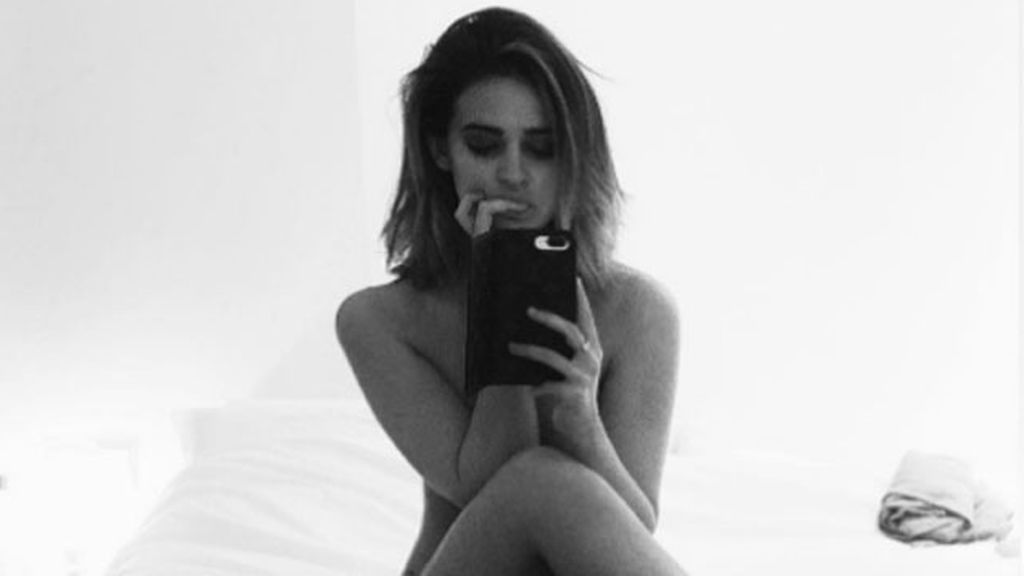 Laura Escanes y su posado sin ropa: 'solo piel' sobre la cama