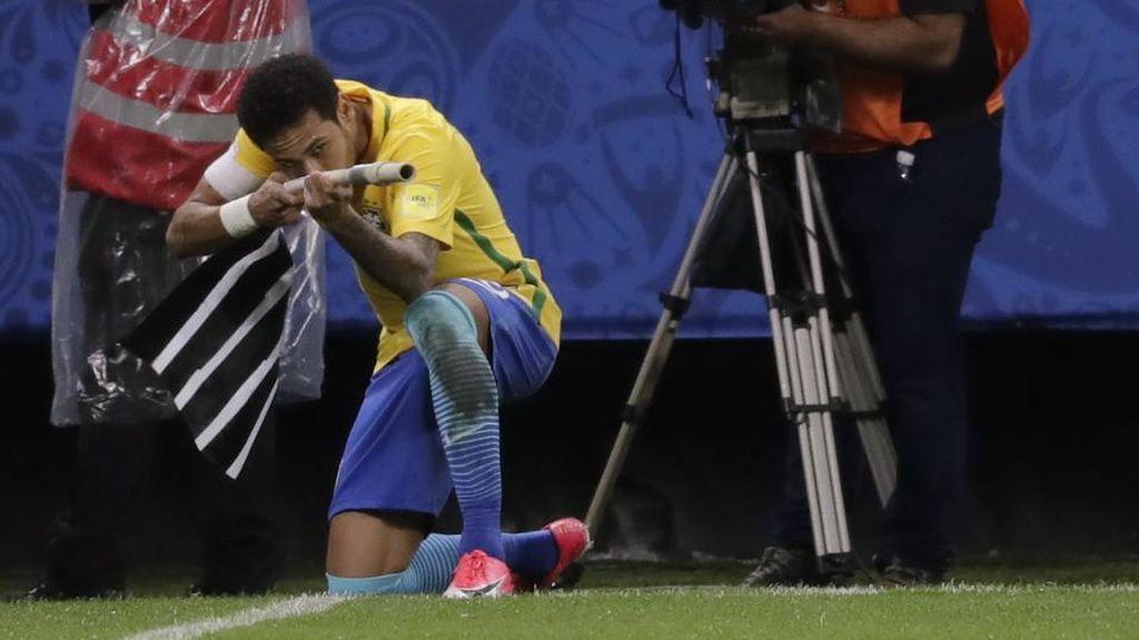 ¿Celebración o provocación? El gesto que hizo Neymar supuso la expulsión de Cavani hace tres años