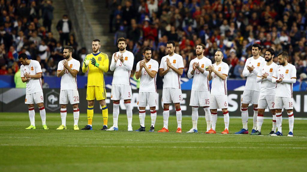 Jugadores y grada homenajean a Verbeke y Kopa con un minuto de aplausos