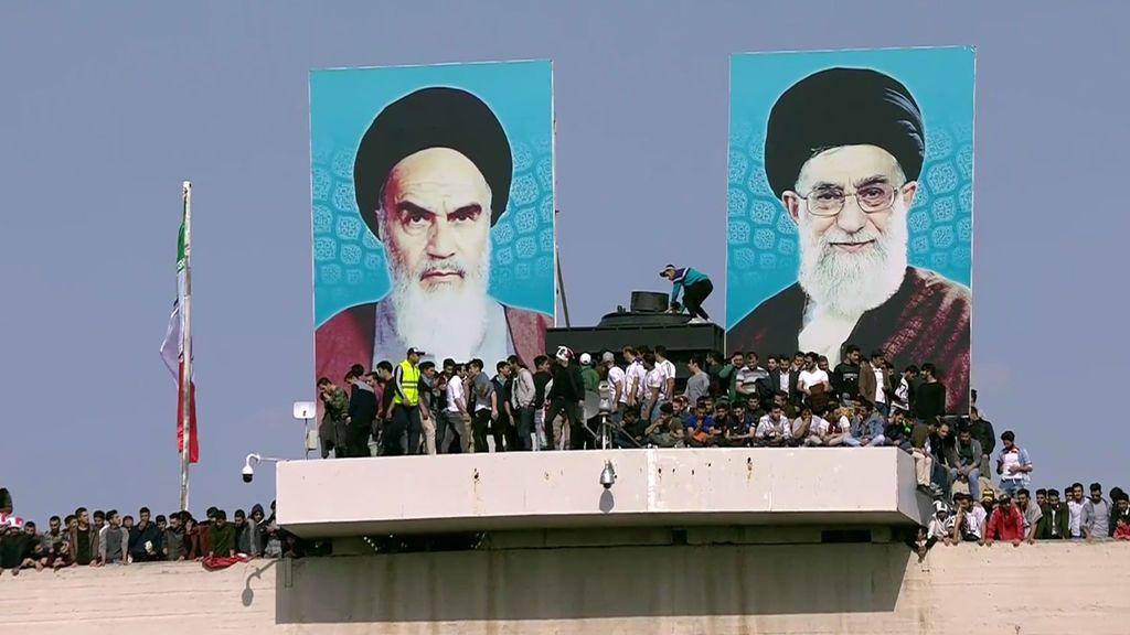 ¡Lleno suicida! Más de 100.000 personas se colgaron hasta de los focos para ver el Irán-China