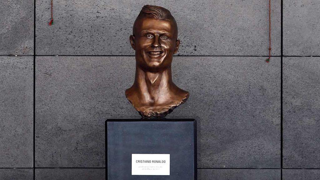 Dientes raros, demasiado maquillaje, mucha 'voluminosidad'… ¿Qué pasa con las estatuas de Cristiano?