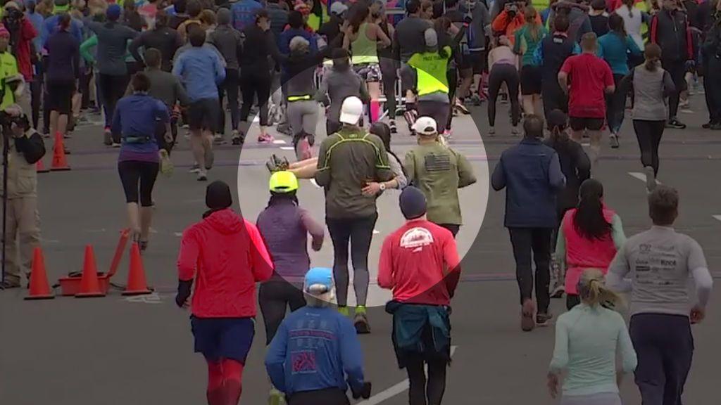 ¡Cae a 100 metros de la meta y dos 'runners' la llevan en brazos! El gesto emociona a  30 millones de personas
