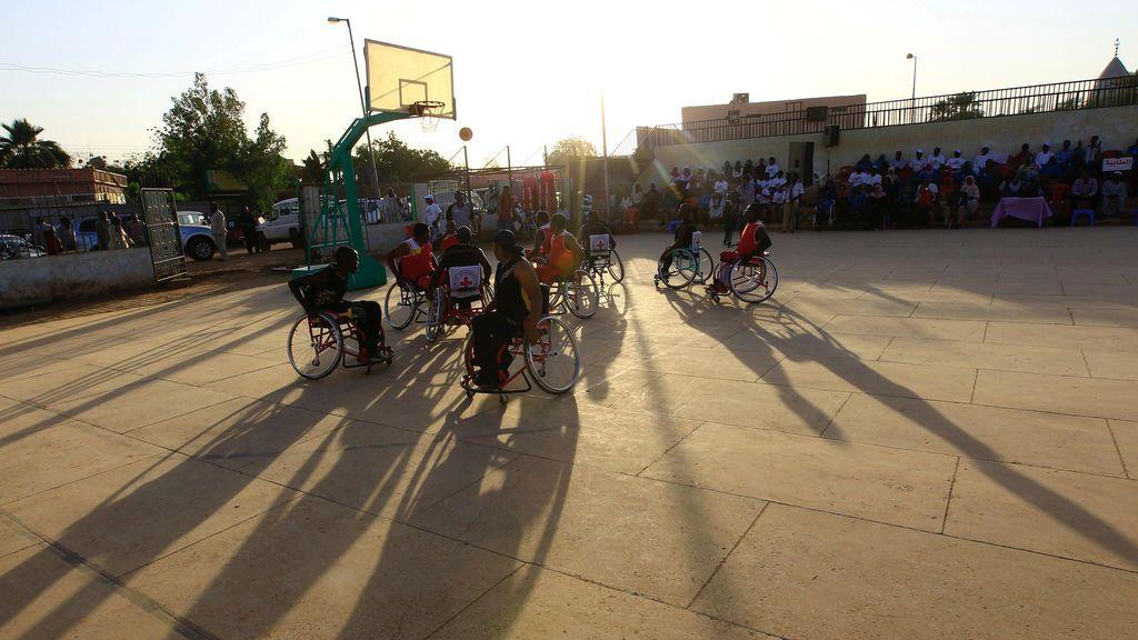 ¡Se fabrican sillas de ruedas con cajas y triciclos para que un niño con discapciadad pueda jugar con ellos!