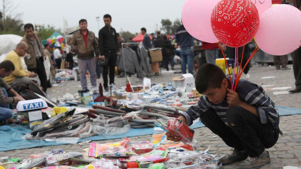Puestos de juguetes en una calle de Irak