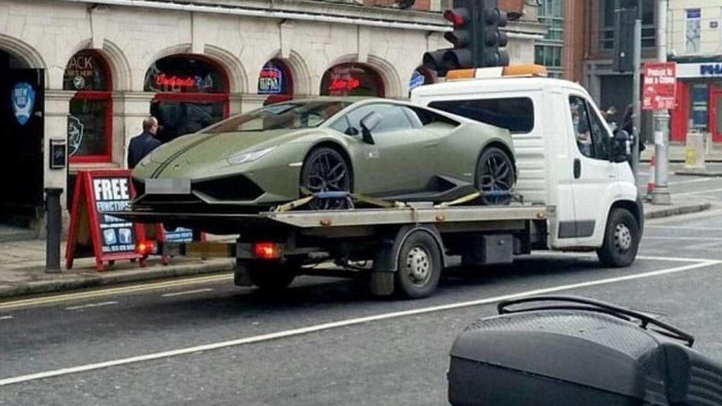 La grúa se lleva el Lamborghini mal estacionado de una estrella de la UFC