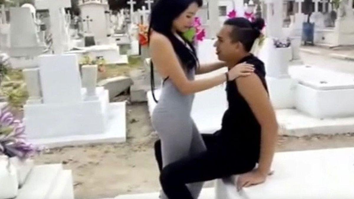 Se convierte en viral por difundir un vídeo porno grabado en un cementerio en México