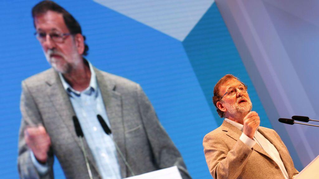"""Rajoy pide """"desconfiar de los adanes que se creen que hasta llegaron ellos no había nada"""""""