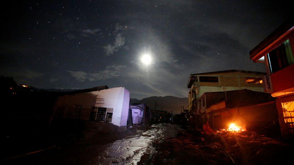 Vista de una calle destruida por las fuertes lluvias
