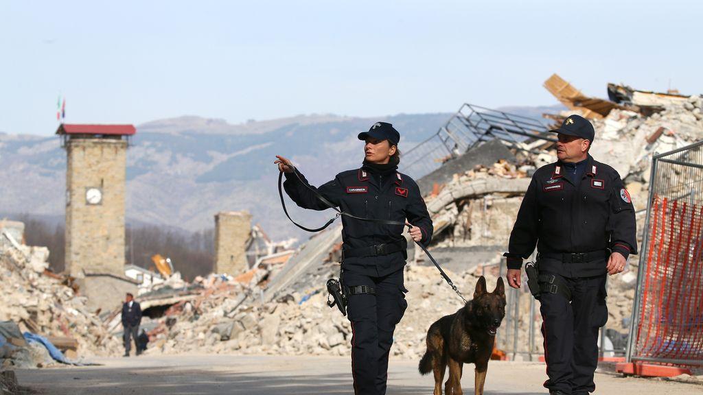 Los Carabinieri patrullan Amatrice tras el terremoto del año pasado
