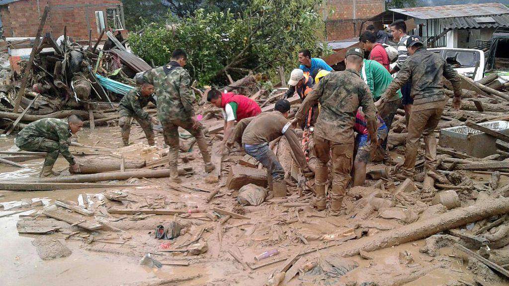 Integrantes del Ejército de Colombia ayudando pobladores luego de los estragos ocasionados por una avalancha