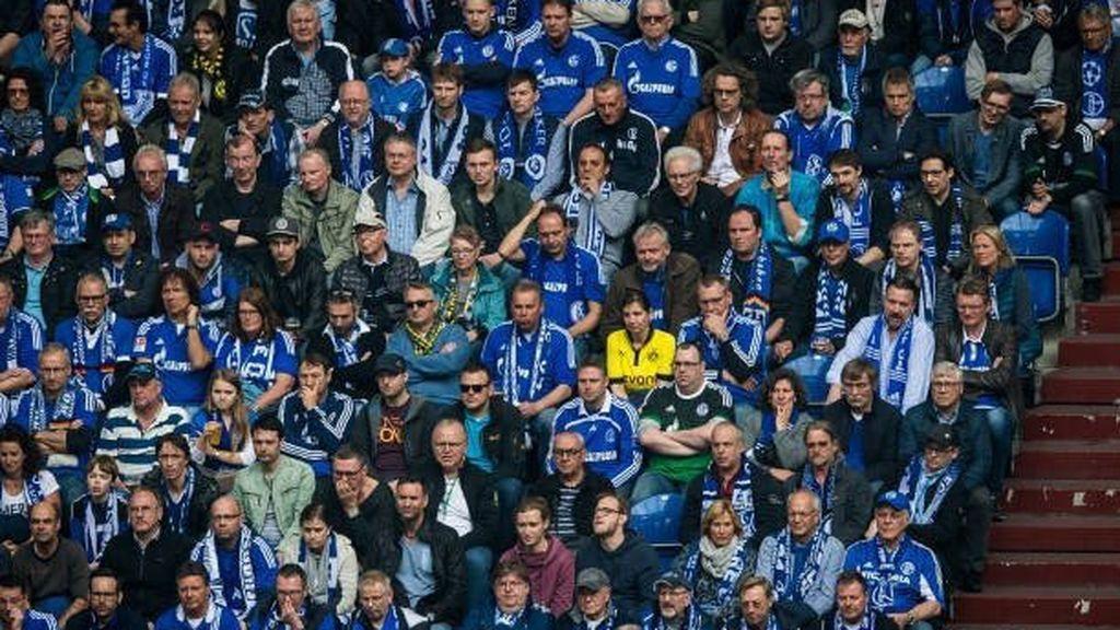 Bartra pide ayuda para conocer a la 'valiente' del Dortmund en las gradas del Schalke