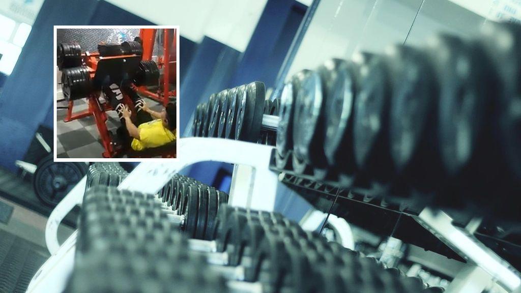¡La peor lesión vista en un gym! Se dobla completamente la rodilla por cargar más peso del que podía levantar