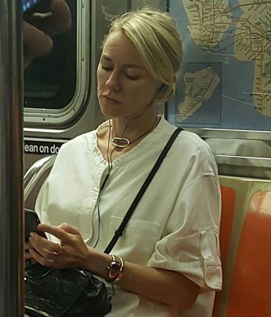 """Naomi Watts: la peculiar """"venganza"""" de la actriz tras ser fotografiada en el metro de Nueva York"""