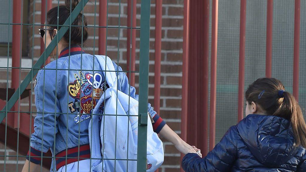 Tras la ruptura, Paula Echevarría lleva al colegio a Daniella y dedica una sonrisa a la prensa