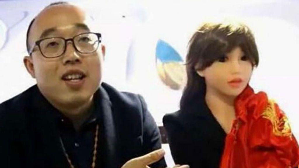 Un ingeniero chino se casa con la mujer robot que fabricó al no encontrar una esposa humana