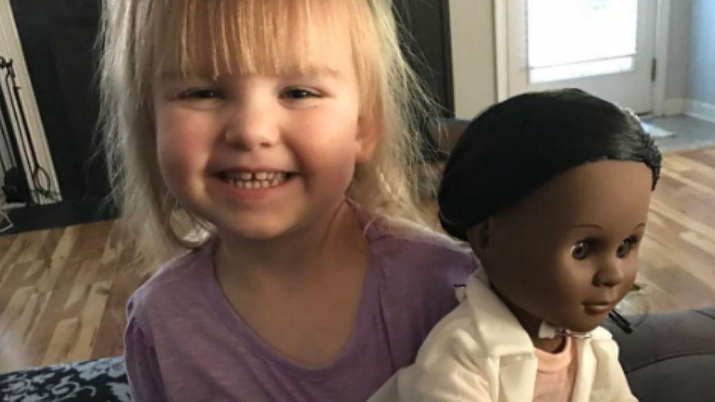 La aleccionadora y dulce respuesta de esta pequeña a un adulto para defender su muñeca