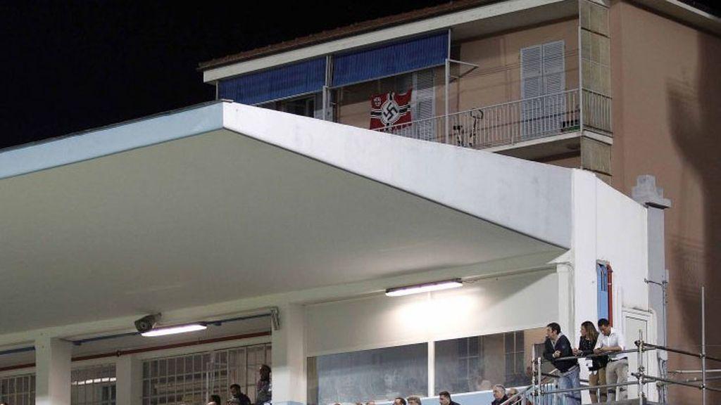 Italia, avergonzada por la bandera nazi que se vio en un balcón durante un partido de la Serie B