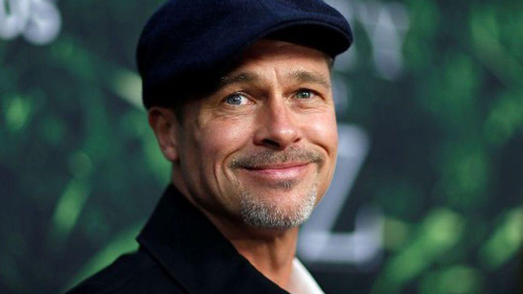 Brad Pitt, un hombre triste que sonríe para las fotos en la premiere de 'La ciudad perdida de Z'