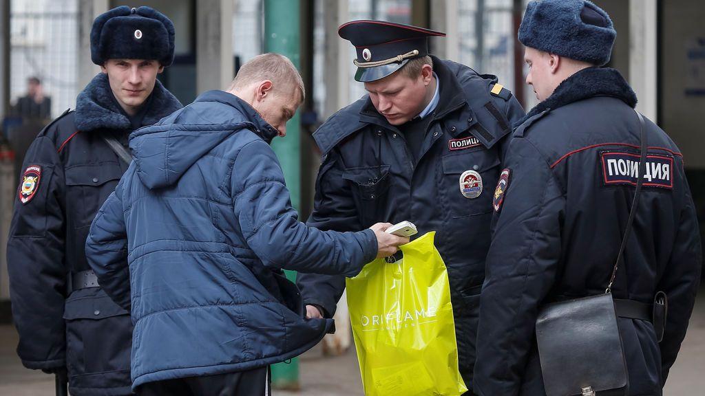 registran a un hombre frente al metro en San Petersburgo